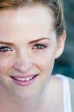 Retrato bonito sonriente feliz de la muchacha Fotografía de archivo libre de regalías