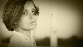 Retrato bonito triste de la mujer en la calle ventosa almacen de video