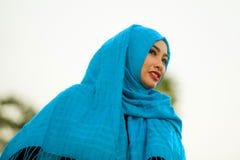retrato branco do fundo da mulher asiática bonita e feliz nova fora no elogio de sorriso do lenço principal muçulmano azul do hij fotos de stock
