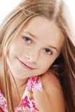 Retrato brillante de la pequeña muchacha rubia en blanco Imagen de archivo