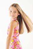 Retrato brillante de la pequeña muchacha rubia en blanco Imagen de archivo libre de regalías