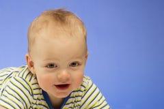 Retrato brillante del bebé adorable en el fondo azul Fotos de archivo libres de regalías