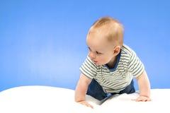 Retrato brillante del bebé adorable en el fondo azul Foto de archivo