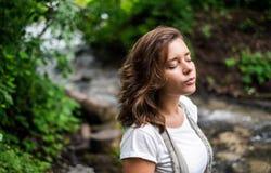 Retrato calmo de uma menina perto do rio Imagens de Stock