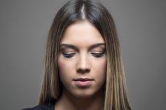 Retrato cambiante de la belleza con la piel perfecta que mira abajo Foto de archivo
