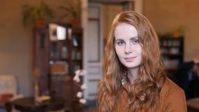 Retrato caucásico de la cara de la mujer del pelo rojo joven en café metrajes