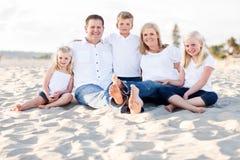 Retrato caucásico feliz de la familia en la playa imágenes de archivo libres de regalías