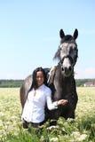 Retrato caucásico hermoso de la mujer joven y del caballo Fotos de archivo libres de regalías