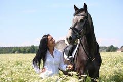 Retrato caucásico hermoso de la mujer joven y del caballo Fotografía de archivo