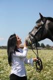 Retrato caucásico hermoso de la mujer joven y del caballo Imagen de archivo libre de regalías