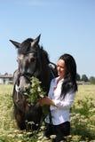Retrato caucásico hermoso de la mujer joven y del caballo Fotografía de archivo libre de regalías