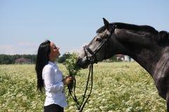 Retrato caucásico hermoso de la mujer joven y del caballo Foto de archivo libre de regalías