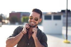 Retrato caucásico joven de moda feliz del hombre al aire libre foto de archivo libre de regalías