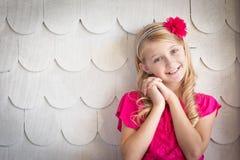 Retrato caucásico joven lindo de la muchacha contra una pared adornada foto de archivo