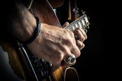 Retrato caucasiano adulto do guitarrista que joga a guitarra elétrica no fundo do grunge Feche acima do detalhe do instrumento Mú imagens de stock royalty free