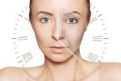 Retrato caucasiano da mulher com problemas do envelhecimento da face do relógio imagem de stock royalty free