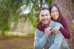 Retrato caucasiano e chinês da raça misturada dos pares fora foto de stock