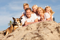 Retrato caucasiano louro da família na praia Fotografia de Stock Royalty Free