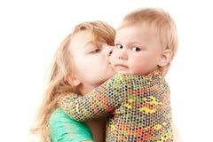 Retrato caucasiano louro pequeno das irmãs no branco Imagem de Stock Royalty Free
