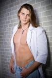 Retrato caucasiano sério do homem no revestimento branco Fotos de Stock Royalty Free