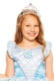 Retrato cercano de la muchacha en corona que lleva del vestido Imágenes de archivo libres de regalías