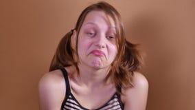 Retrato cercano de una muchacha adolescente curiosa y sorprendida con la cara bonita 4k UHD almacen de video