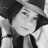 Retrato cercano de una muchacha en sombrero negro imagen de archivo libre de regalías