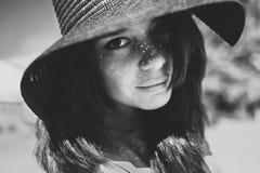 Retrato cercano de una muchacha en sombrero negro fotografía de archivo libre de regalías