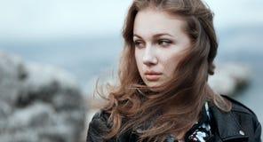 Retrato cercano de una mujer joven hermosa con el pelo del vuelo en th Foto de archivo