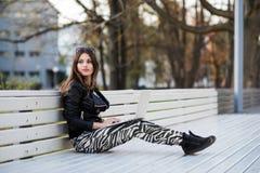 Retrato cercano del estudiante de mujer magnífico del oscuro-pelo que usa el ordenador portátil en el campus, adolescente femenin Fotos de archivo libres de regalías