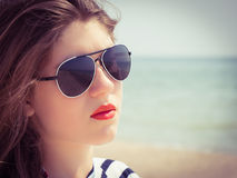 Retrato cercano para arriba de un adolescente en gafas de sol Foto de archivo libre de regalías