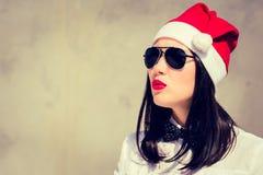 Retrato cercano para arriba de una mujer bastante joven en el sombrero de Santa Claus Foto de archivo libre de regalías