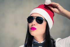 Retrato cercano para arriba de una mujer bastante joven en el sombrero de Santa Claus Fotos de archivo