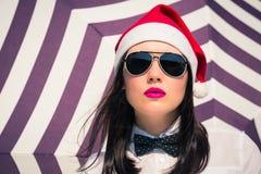 Retrato cercano para arriba de una mujer bastante joven en el sombrero de Santa Claus Fotografía de archivo libre de regalías