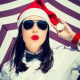 Retrato cercano para arriba de una mujer bastante joven en el sombrero de Santa Claus Imagen de archivo