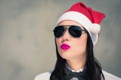 Retrato cercano para arriba de una mujer bastante joven en el sombrero de Santa Claus y Imagenes de archivo