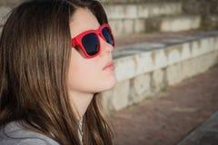 Retrato cercano para arriba en perfil de un adolescente bonito Imagenes de archivo
