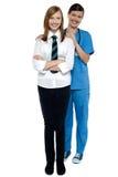 Retrato cheio do comprimento de um doutor com seu paciente Fotografia de Stock