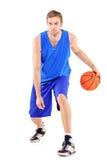 Retrato cheio do comprimento de um jogador de basquetebol imagem de stock