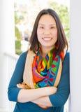 Retrato chinês atrativo novo da mulher adulta fora foto de stock