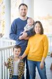 Retrato chinês e caucasiano da raça misturada nova da família fotografia de stock royalty free