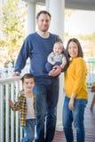 Retrato chinês e caucasiano da raça misturada nova da família imagem de stock royalty free