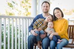 Retrato chinês e caucasiano da raça misturada nova da família imagens de stock royalty free