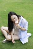 Retrato chino de la mujer feliz joven que come el helado Imagenes de archivo