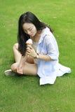 Retrato chino de la mujer feliz joven que come el helado Imagen de archivo