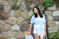 Retrato chino de la mujer hermosa joven contra a la pared en parque Imagen de archivo
