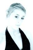 Retrato ciano de uma mulher nova bonita fotografia de stock royalty free