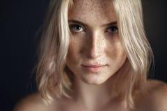 Retrato cinemático da menina no estúdio escuro Imagem de Stock Royalty Free