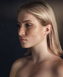 Retrato cinemático da menina no estúdio escuro Foto de Stock