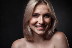Retrato cinemático da menina no estúdio escuro Fotografia de Stock Royalty Free